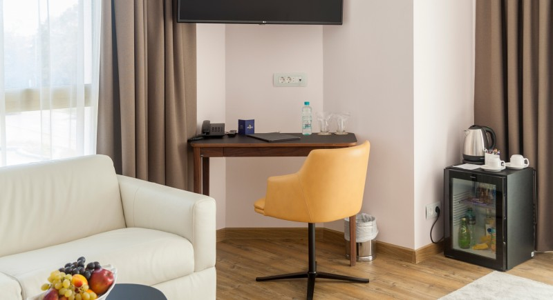 Луксозна Двойна стая - мека мебел и работен кът