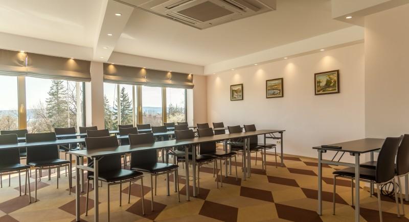 Зала Конферентна - подредба 'Класна стая'