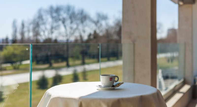 Кафе пауза на тераса с гледка към Морската градина