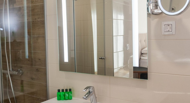 Супериорна стая - баня и душ кабина